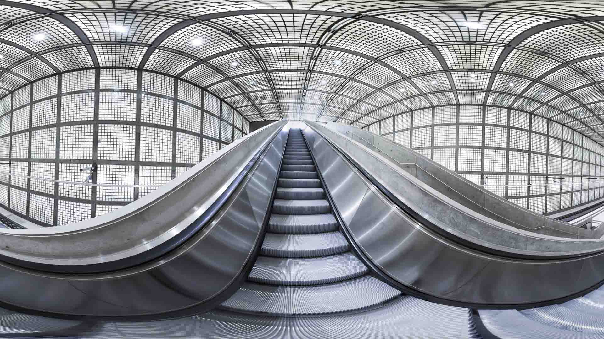 City-Tunnel Leipzig, Station Wilhelm-Leuschner Platz. Der City-Tunnel Leipzig ist ein Eisenbahnprojekt zur Umgestaltung des Schienenpersonennahverkehrs im Eisenbahnknoten Leipzig. Kernstück ist eine im Jahr 2013 fertiggestellte zweigleisige, elektrifizierte Hauptbahn, die von Leipzig Nord nach Leipzig Bayerischer Bahnhof führt. Sie unterquert zwischen dem Leipziger Hauptbahnhof und dem Bayerischen Bahnhof die Innenstadt in einem Tunnel. Dieser besteht aus zwei eingleisigen Röhren sowie vier unterirdischen Stationen. Darüber hinaus sind umfangreiche netzergänzende Maßnahmen zur Ertüchtigung der zuführenden Strecken und Stationen ein Bestandteil des Projekts.Der Tunnel wird von nahezu allen Linien des neuen Netzes der S-Bahn Mitteldeutschland befahren werden. Durch Angebotsverbesserungen und – vor allen Dingen in Nord-Süd-Richtung – schnellere Verbindungen[1] soll die Attraktivität des Öffentlichen Personennahverkehrs gesteigert werden.Die Bauarbeiten begannen im Juli 2003,[2] die Inbetriebnahme war zunächst für Ende 2009 geplant.[3] Der Tunnel soll am 14. Dezember 2013 feierlich eröffnet werden, der fahrplanmäßige Betrieb am 15. Dezember 2013 beginnen. Die Kosten des Projekts belaufen sich auf 960 Millionen Euro.